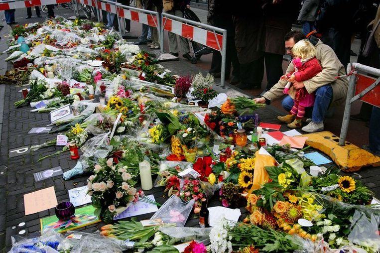 Een bloemenzee op de plek waar Theo van Gogh werd vermoord. Beeld anp
