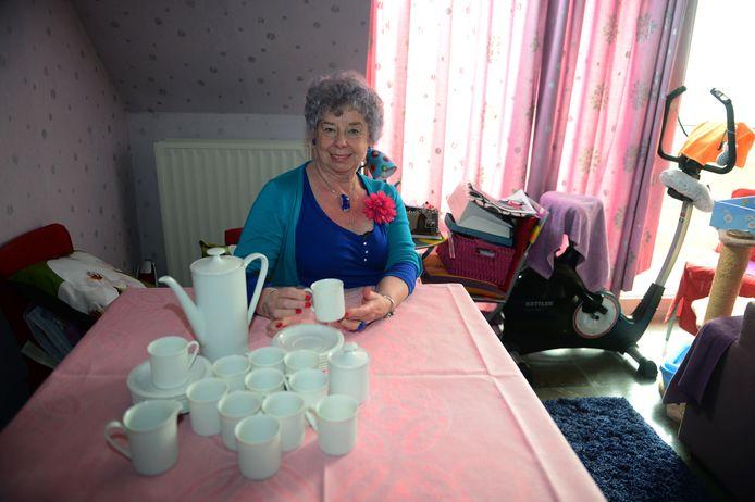Lucie Mertens werd ooit het slachtoffer van een oplichter die aan de haal ging met haar geliefde servies. Ze kreeg haar servies uiteindelijk terug. Let vooral ook op de bloem in haar outfit. Lucie verlaat haar deur zelden of nooit zonder bloem.