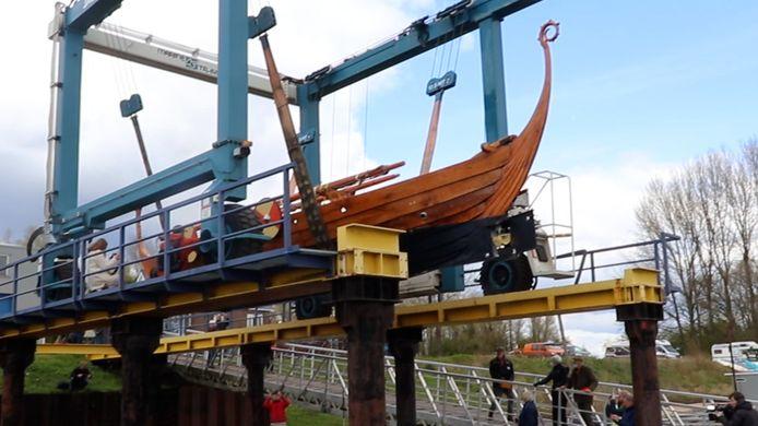 Het vikingschip werd te water gelaten