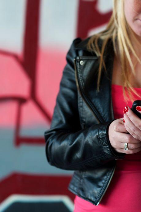 Man die dertig telefoons roofde uit klaslokaal handelde niet alleen, blijkt uit politiebeelden