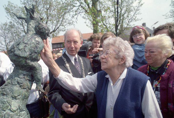 In 1993 onthulde de in Kapelle geboren schrijfster Annie M.G. Schmidt een beeld van Dikkertje Dap in haar geboortedorp. Of deze foto is geselecteerd voor de expositie '50 jaar Kapelle' kan vanaf eind april opnieuw bekeken worden.