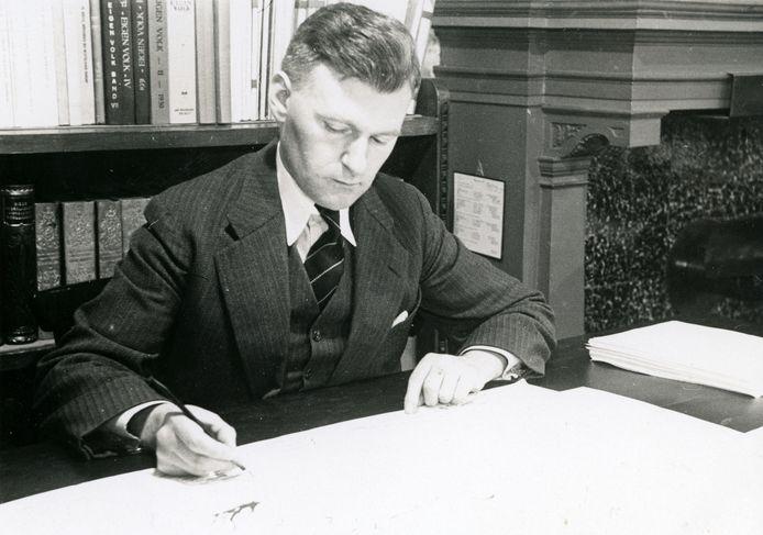 P.J. Meertens in zijn werkkamer, circa 1935.