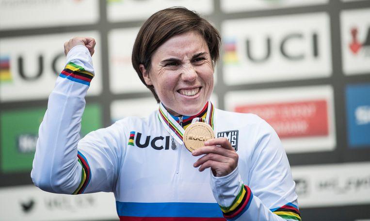 Sanne Cant is blij met haar gouden medaille op het WK cyclocross in Bogense, Denemarken. Beeld REUTERS