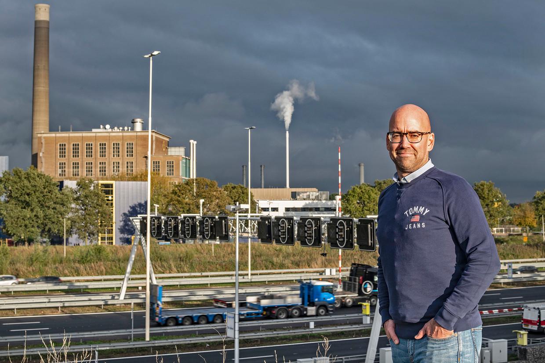 Bart van den Heuvel (41) uit Utrecht woont tegenover een biowarmtecentrale. 'De gemeente heeft te weinig gedaan om écht duurzame alternatieven te vinden. Nu zitten we met zo'n vieze centrale.' Beeld Guus Dubbelman / de Volkskrant