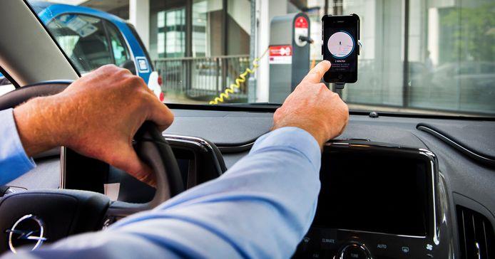 Een chauffeur van Uber accepteert een aanvraag voor een rit van een klant