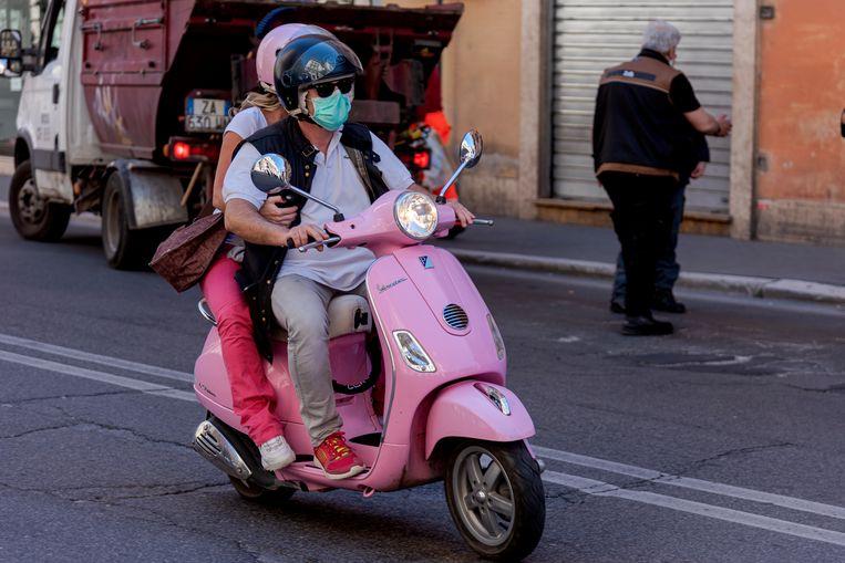 Een stel rijdt op een Vespa door Rome Beeld Corbis via Getty Images