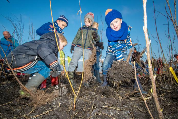 Kinderen helpen mee bij aanleg en onderhoud van een tiny forrest.