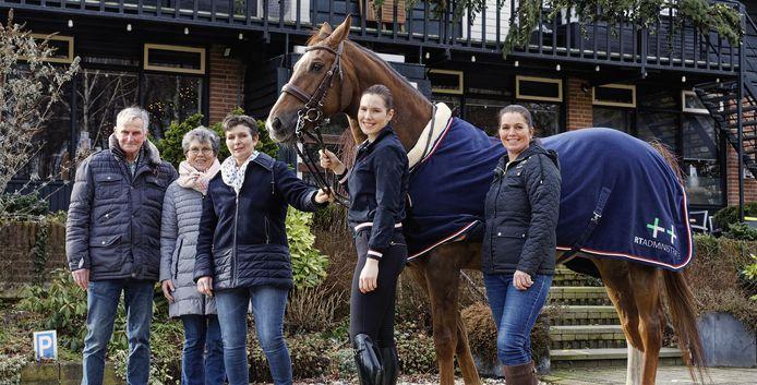 Rien en Ria Schellekens (links) hebben manege De Rekkendonken in Liempde inmiddels overgedragen aan hun dochters Jolanda (midden) en Liane (rechts) en kleindochter Rinke. Ze poseren met paard Fabio.