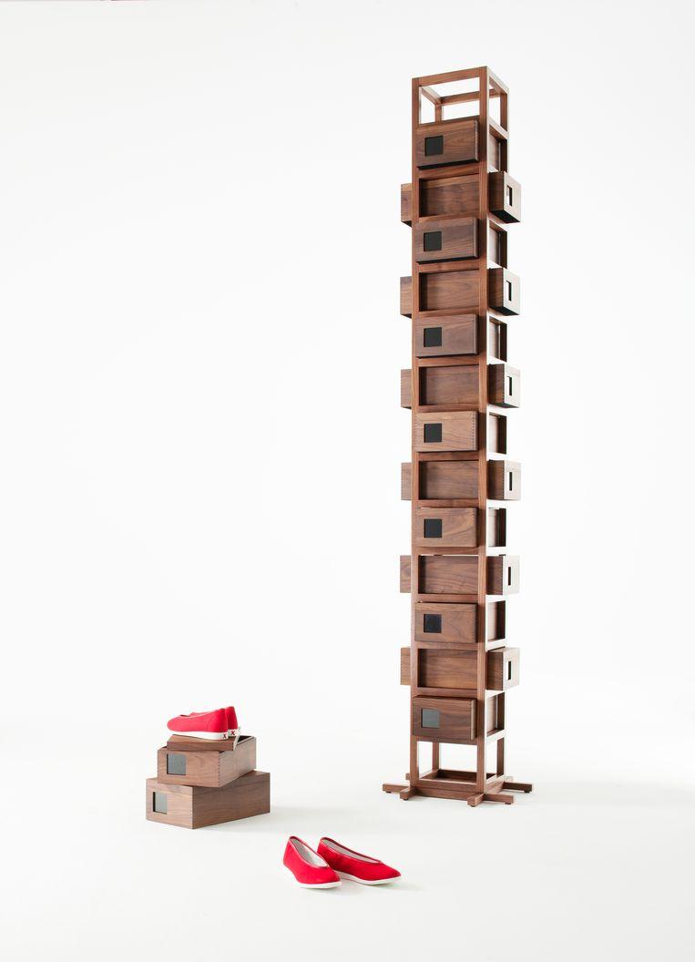 De Shoe Tree van Beatrix Ong MBE: een schoenenkast vermomd als totempaal van kijkdozen. Beeld