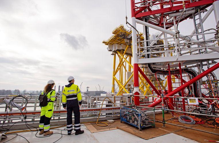 Een transformatorplatform in aanbouw op de werf van HSM in Schiedam. Het platform is inmiddels onderdeel van de windparken Borssele 1 en 2.  Ze zijn met kabels verbonden aan de windmolens, zetten wisselstroom om in gelijkstroom en transporteren die stroom richting het vaste land.  Beeld HH, ANP