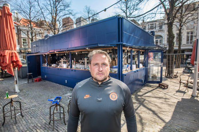 John Prins van Cafe Luden bij de kiosk op het Plein.