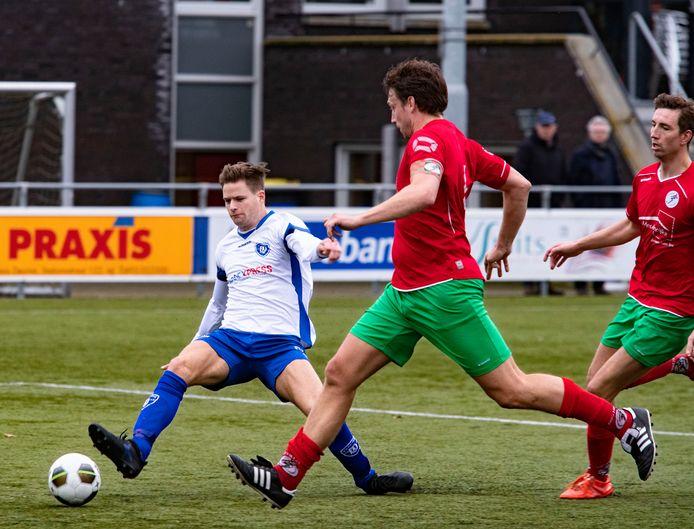 Deurne-speler Stefan van der Werf (l) in duel met Tom Krieckaert van Heeze. Beide ploegen treffen elkaar komend seizoen weer in de eerste klasse.