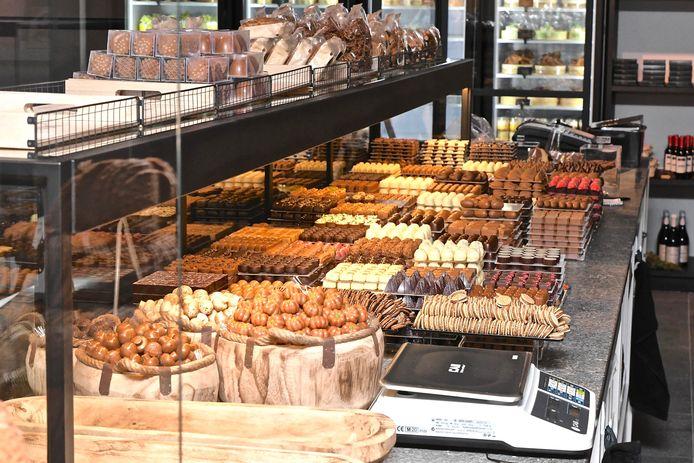 De goedgevulde toonbank van chocolaterie Parfait.