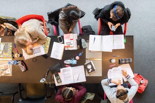 Studenten aan het werk voor het examen in bibliotheek de Nieuwe Veste in Breda.