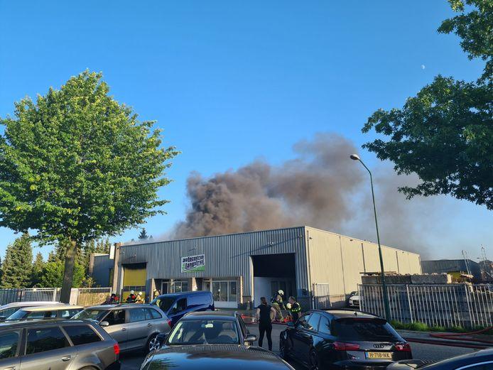 In het pand van Autocentrum de Langstraat in Kaatsheuvel is zaterdagavond rond 20.00 uur een grote brand uitgebroken.