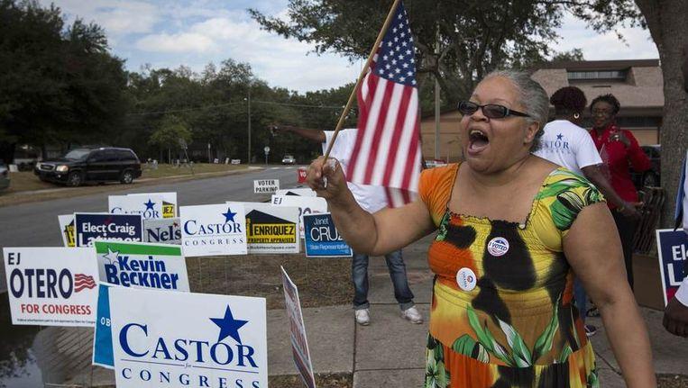 Obama-aanhangster Sheilah Youngblood steunt haar kandidaat bij een stembureau in Tampa, Florida. Beeld reuters