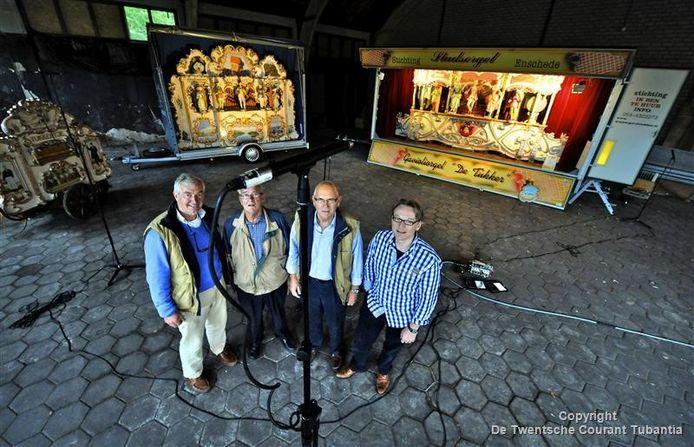 Bestuursleden van de Enschedese draaiorgelstichting: voorzitter Benno Molenkamp, orgelbouwer Jan van Eijk, orgelman Bertus Borkens en producer Fred Gaasbeek (vlnr). foto Toma Tudor
