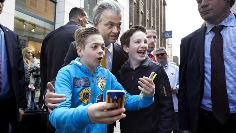 PVV-leider Geert Wilders gaat op de foto met twee kinderen op de Lange Poten. Beeld anp