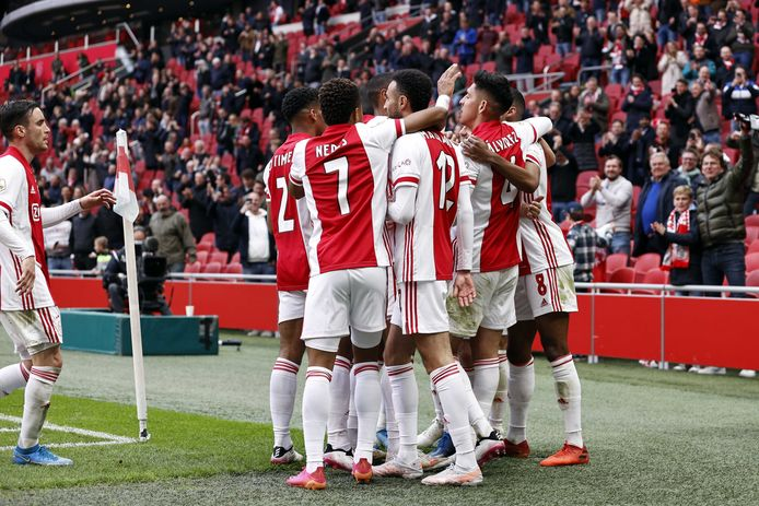 Vreugde bij de spelers van Ajax na een doelpunt.