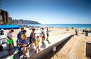 Strandwachten wijzen toeristen de weg op het Levante strand in Benidorm tijdens de zomer van 2020.