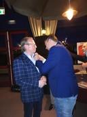 Januari 2020: voorzitter Henk Bouwman van voetbalclub Arnhemia (links) krijgt de gouden speld uit handen van KNVB-ambassadeur Freddy Dahm.