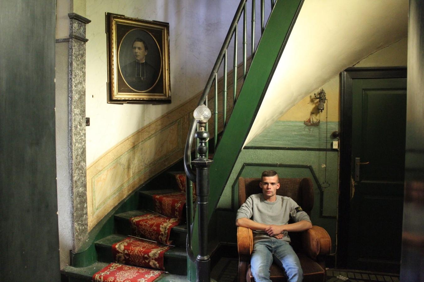 Jeffrey Bossuyt in een oude woning met statig portret aan de muur.