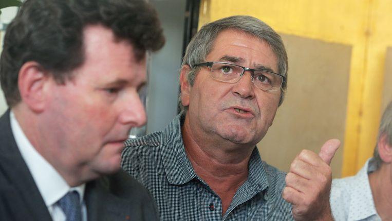 Een van de twee Franse piloten, Pascal Jean Fauret (rechts) met zijn advocaat. Beeld AP