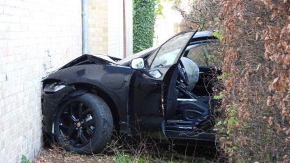 Jaguar boort zich in zijgevel bibliotheek: bestuurster lichtgewond