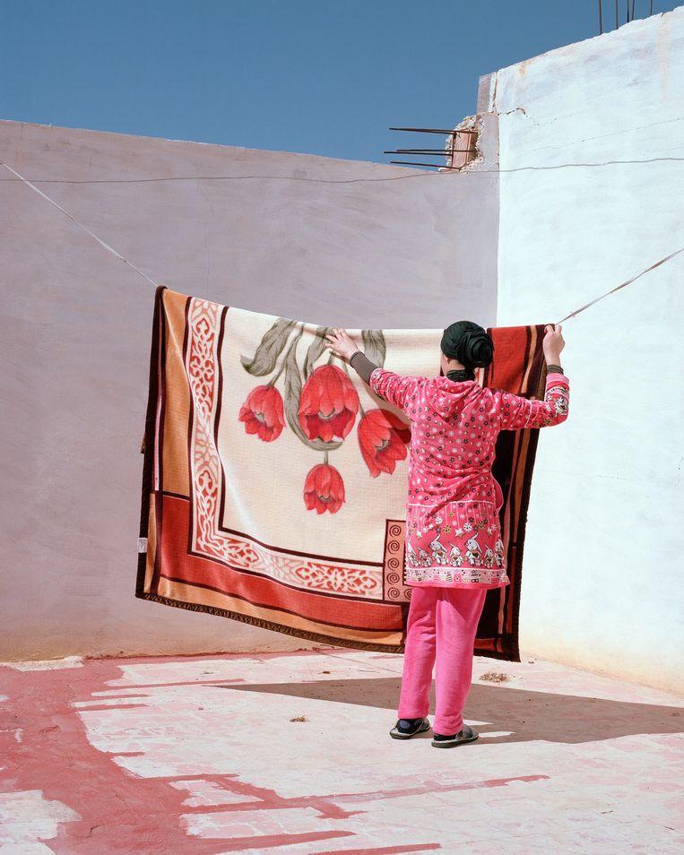 The Skies Are Blue, The Walls Are Red, 2018 © Hanane El Ouardani   Het nieuwe non-profitinitiatief Pictures for Purpose verkoopt prints van in Nederland gevestigde fotografen voor 125 euro per stuk Beeld Hanane El Ouardani