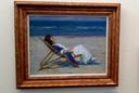 Een jonge vrouw in een strandstoel van Maurice Góth