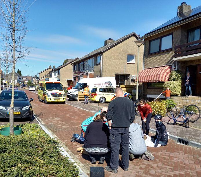 Op de Ventweg langs de Herwendaalseweg in Groesbeek zijn een jongetje op een step en een wielrenster gewond geraakt bij een botsing.