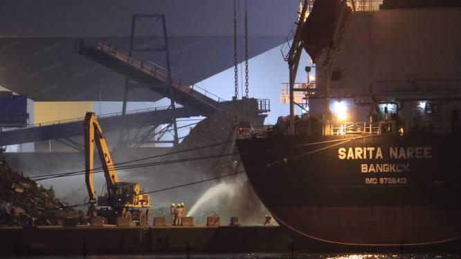 Lading schroot vat vuur in ruim van schip, brandweer uren bezig met blussen