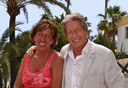 Hans Kazàn en zijn vrouw Wendy bij hun huis in Spanje.