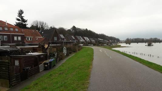 Links de vervuilde achtertuinen in de Wageningse Veerstraat.