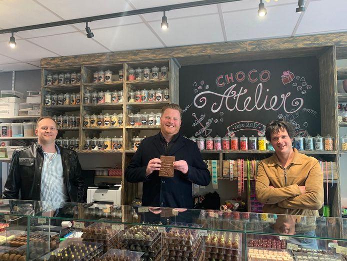 Tiemen Wolfs, Thomas Melisse en Jan Nagelkerke met de nieuwe Halderbergse chocoladereep