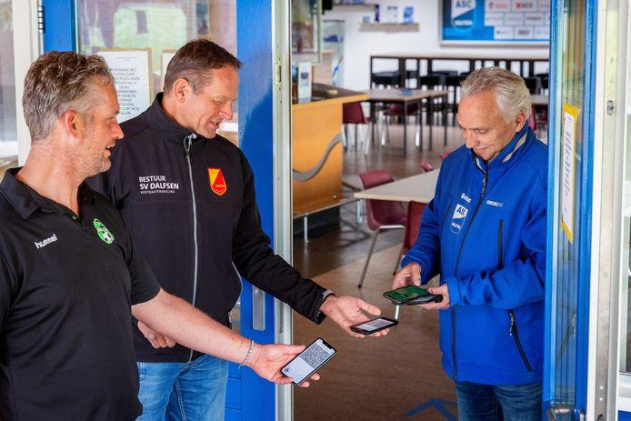 De voetbalclubs in Dalfsen hanteren één lijn: iedereen die de kantine in wil moet een toegangsbewijs hebben. Bert Visscher (rechts, voorzitter ASC '62) test het alvast bij 'collega's' Dirk Mosterman (midden, SV Dalfsen) en Wladimir Nijenhuis (links, FC Dalfsen).