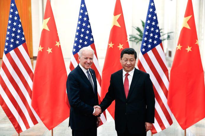 Biden schudt de hand van de Chinese president Xi Jinping tijdens een bezoek aan China in 2013.