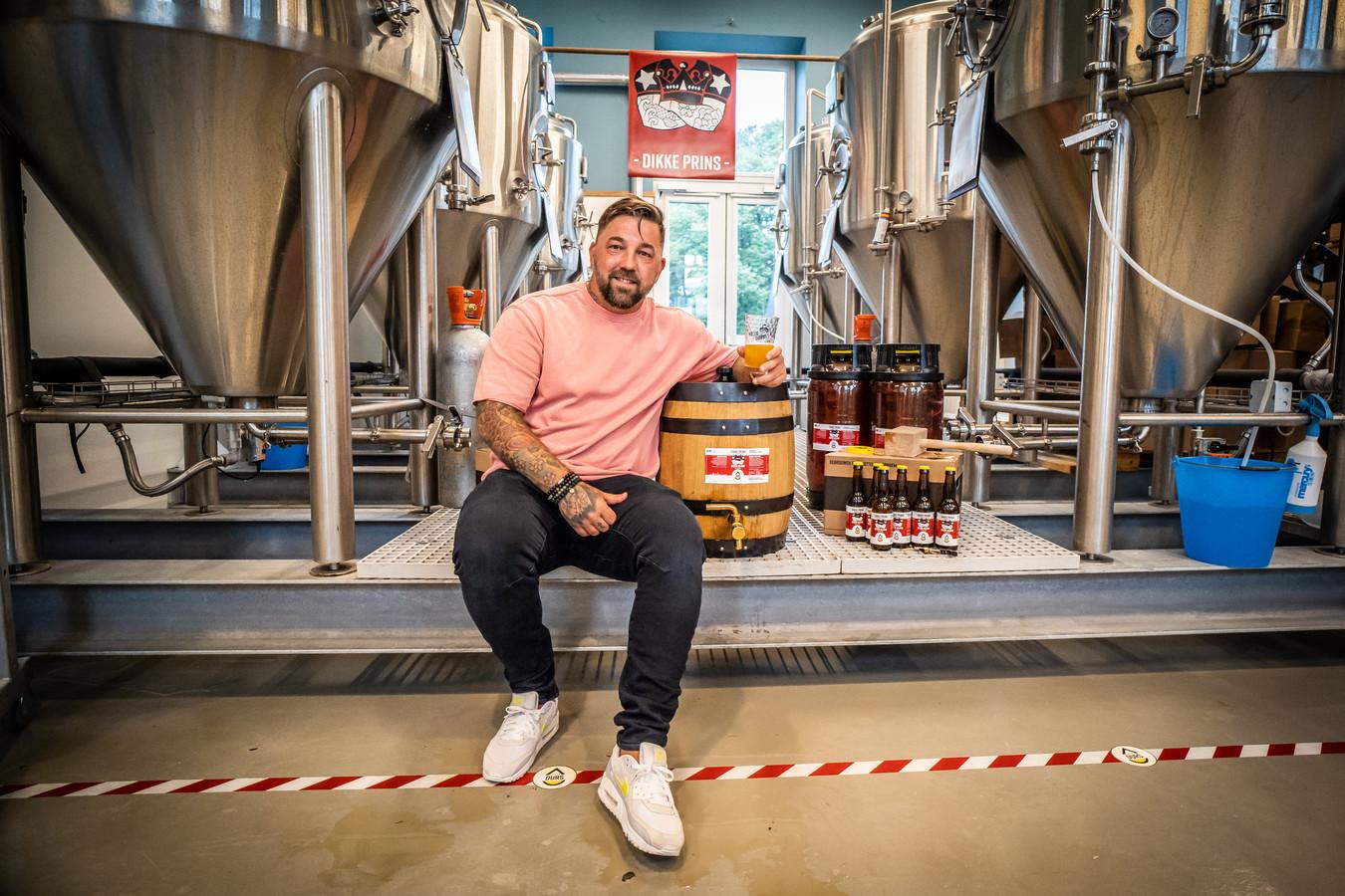 Theo Janssen naast een vat van zijn eigen Dikke Prins-bier. Ook brouwerij Durs doet mee aan 1 april.