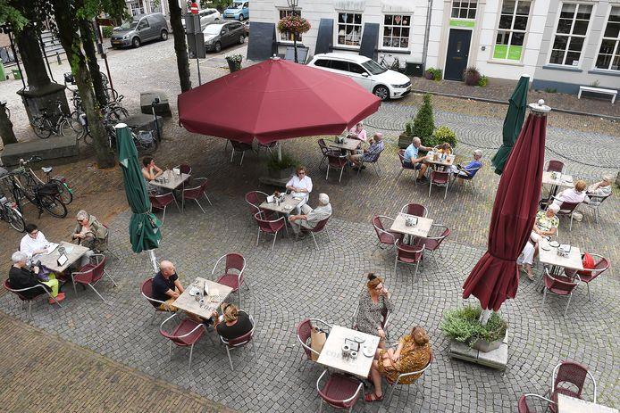 Terras Café de Gouden Leeuw in Grave, zomer van 2019.