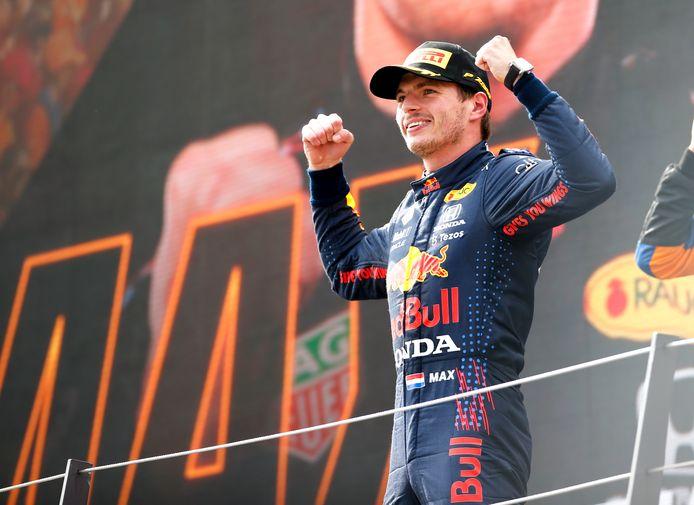 Max Verstappen viert zijn zege in Oostenrijk.