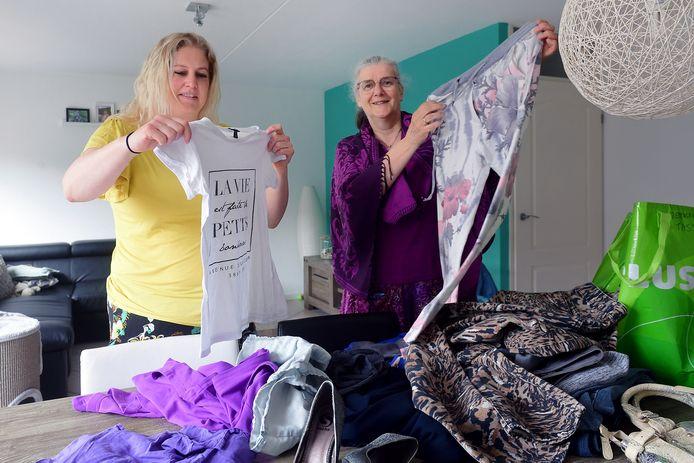 roosendaal - 20210603 - pix4profs/petervantrijen kledingruil jessica gabriels(l) en inge langeweg(r)  bezig met kleding te bekijken welke iemand anders aanbied