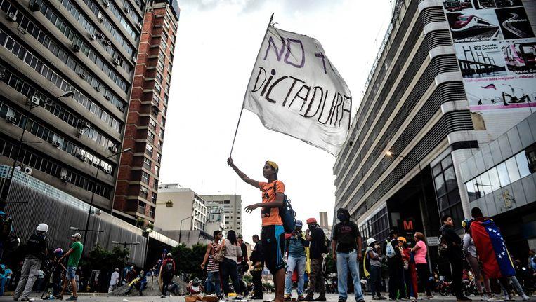 Al meer dan 100 dagen protesteren Venezolanen tegen hun president Nicolas Maduro en zijn socialistische regering. Bijna 100 mensen zijn al om het leven gekomen tijdens die demonstraties. Beeld afp