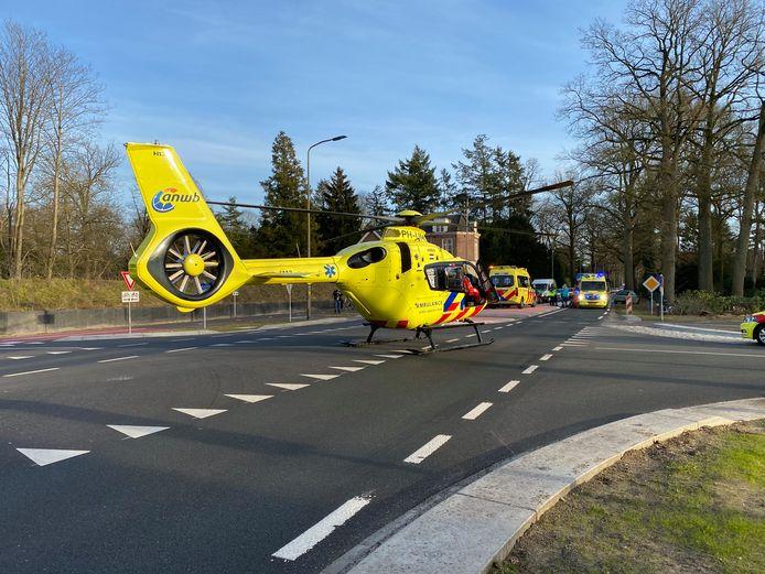 De traumahelikopter landde midden op de kruising van de Zutphenseweg in Gorssel.
