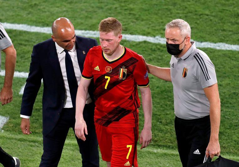 Kevin De Bruyne verlaat geblesseerd het veld in de wedstrijd tegen Portugal. Beeld Pool via REUTERS