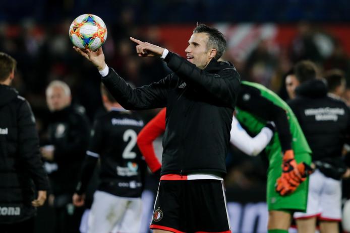 Robin van Persie viert zijn hattrick tegen FC Emmen met de wedstrijdbal.