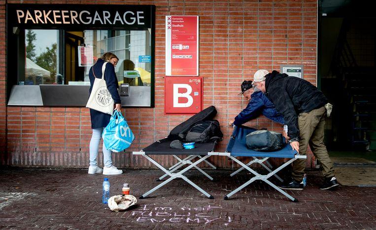 Daklozen voorafgaand aan een slaapactie in op de stoep voor de Stopera in 2019, om aandacht te vragen voor het tekort aan nachtopvang. Beeld ANP