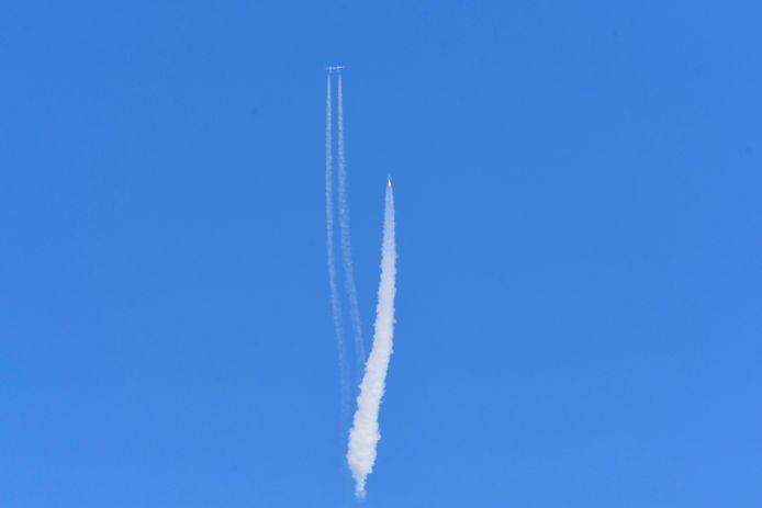 De Virgin Galactic SpaceShipTwo en het moederschip boven Spaceport America, bij de plaats Truth and Consequences.