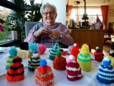 Rika (89) breide 1200 mutsjes voor het goede doel: 'Elke dag vier'