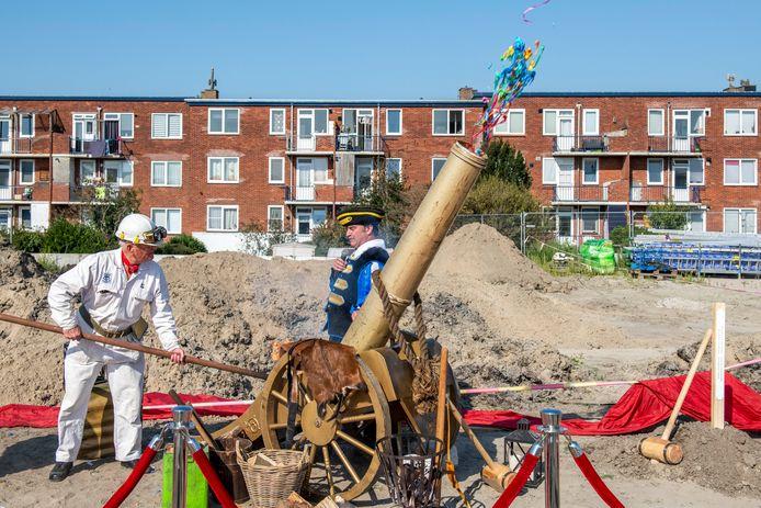 Oud-Scheldewerknemer Willem Murre mocht het startschot lossen voor de bouw van De Hofjes, de eerste twee dozijn sociale huurwoningen in het Scheldekwartier.
