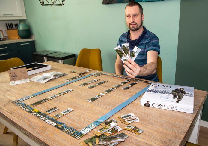 Elwin Klappe laat het door hem bedachte bordspel 'Clash of the Ardennes' zien.